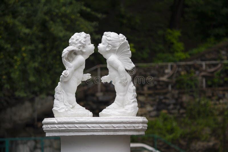 Statua anioła buziak na zielonym liściu zdjęcie royalty free