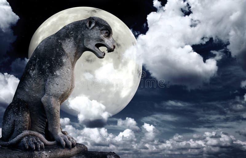 Statua antica del leone e luna luminosa nel cielo notturno immagini stock