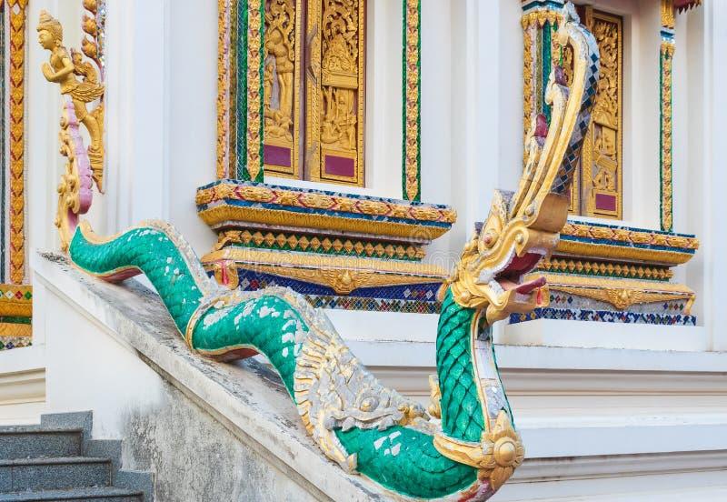 Statua antica del Naga la scala nel tempio Decorato con i pezzi di vetro lungo il corpo con sbucciatura del colore È stato buil fotografia stock libera da diritti