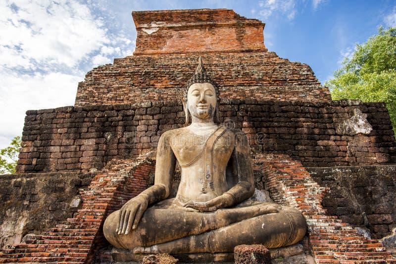 Statua antica di Buddha al parco storico di Sukhothai, tempio di Mahathat, Tailandia immagine stock libera da diritti