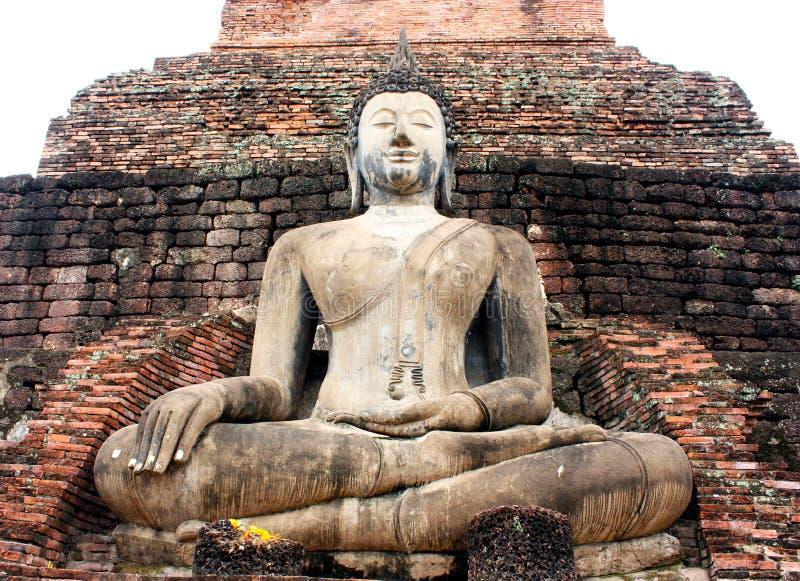 Statua antica di Buddha al tempio di Mahathat, sito storico nella provincia di Ayuttaya, Tailandia immagini stock libere da diritti