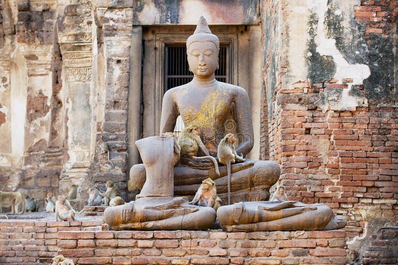 Statua antica di Buddha alle rovine Prang Sam Yot, originalmente un santuario indù, convertito buddista in Lopburi, la Tailandia immagini stock libere da diritti