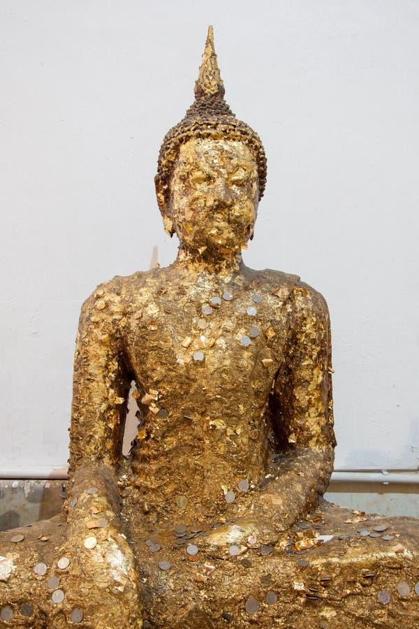 Statua antica di Buddha con la foglia di oro fotografie stock