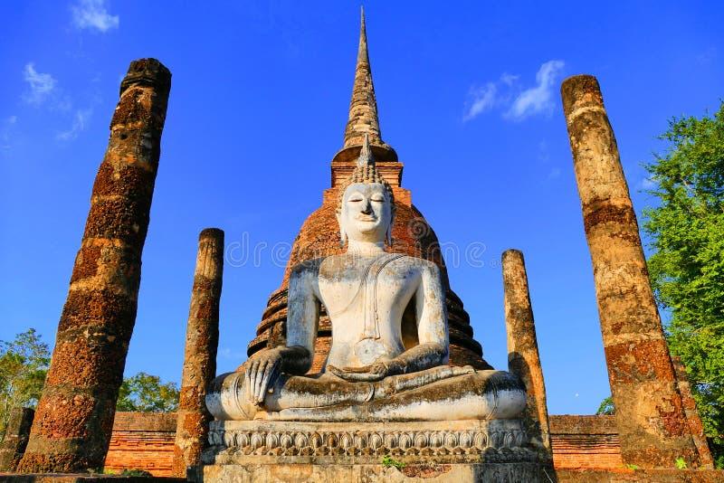 Statua antica di Buddha dentro le rovine storiche del tempio buddista di Wat Sa Si nel parco storico di Sukhothai, Tailandia fotografie stock libere da diritti