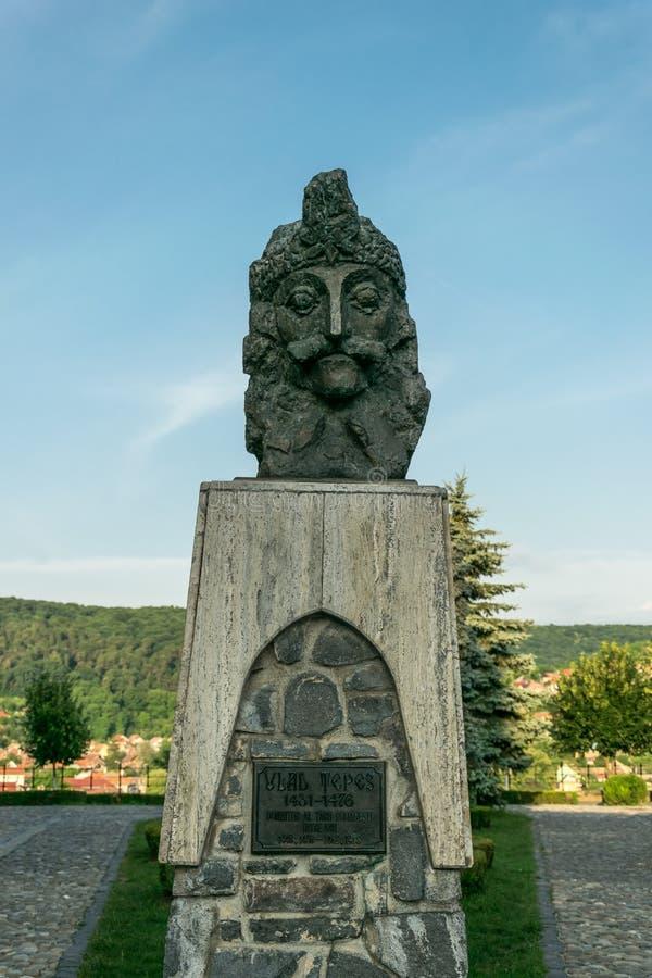 Statua antica di Vlad Tepes nella vecchia fortezza di Sighisoara, Romania fotografie stock libere da diritti