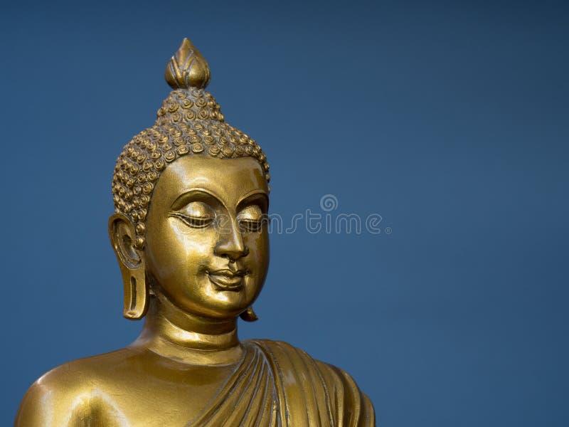 Statua antica dorata di Buddha I precedenti sono gray di ardesia leggero Il fronte del Buddha si è girato verso la destra immagine stock libera da diritti