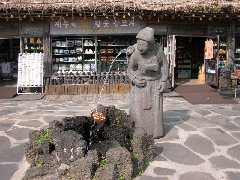 Statua antica: Negozio del cottage ai precedenti fotografie stock libere da diritti