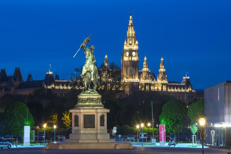 Statua Archduke Charles i Wiedeń urząd miasta przy nocą, Austria zdjęcia stock