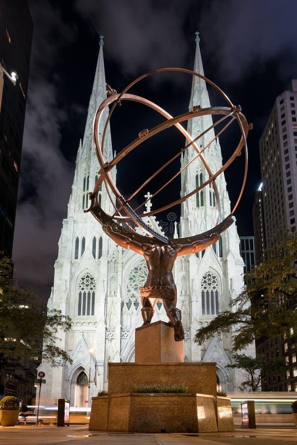 Statua atlanta i St Patrick katedra w Nowy Jork przy nigh zdjęcie stock