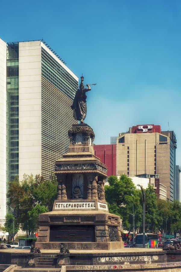 Statua aztek władca Cuauhtemoc na Paseo De Los angeles Reforma, Meksyk obrazy royalty free