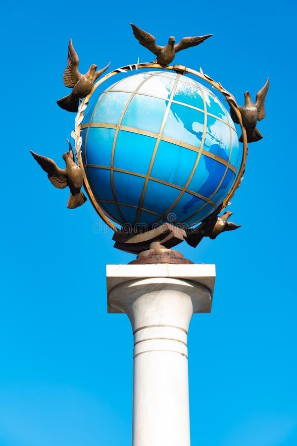 Statua Błękitna Ziemna kula ziemska Z gołąbkami pokój Wokoło Go W Kijów, niezależność kwadrat, Kijów, Ukraina zdjęcie royalty free