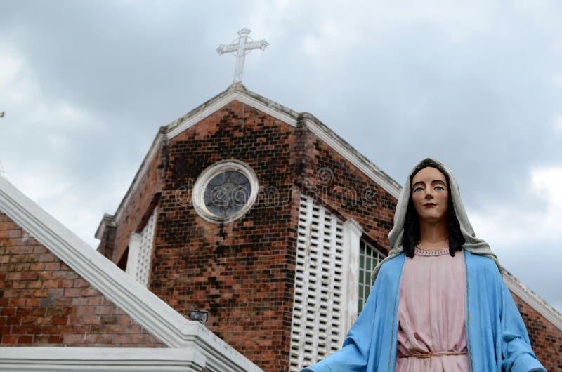 Statua a basso costo e rispettabile la nostra signora di Los Remedios davanti alla costruzione di chiesa di Del Remedio fotografie stock