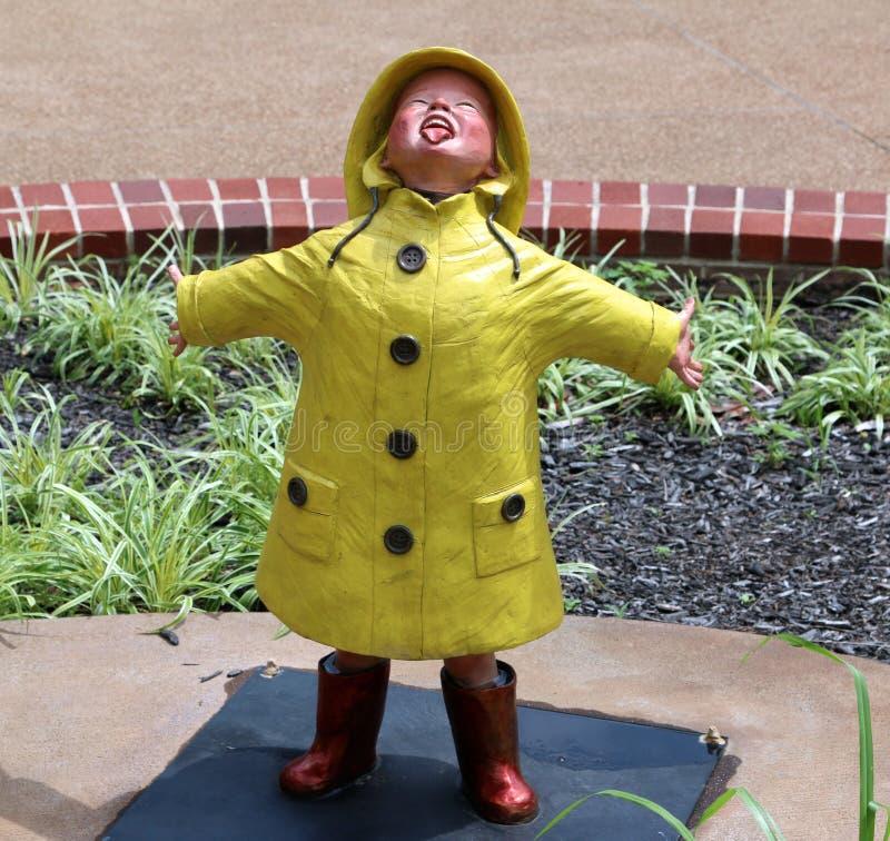 Statua Bawić się W deszczu młode dziecko obrazy stock