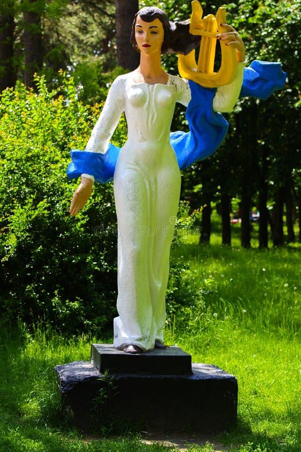 Statua bianca che sta nel parco della città immagine stock