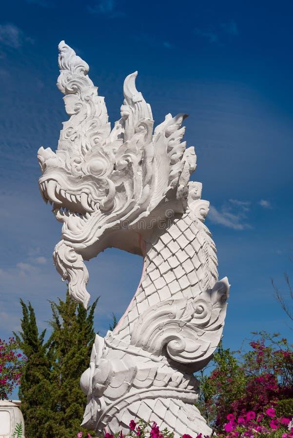 Statua bianca della testa del naga fotografia stock