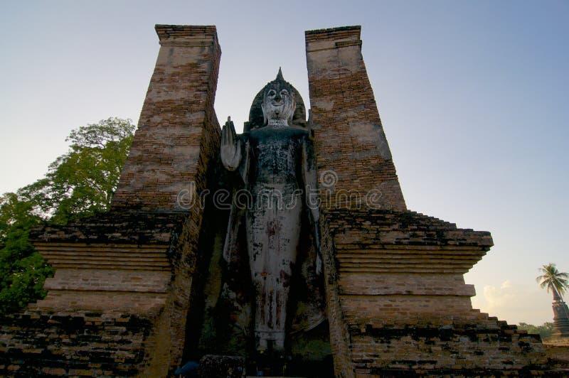 Statua bianca di Stading Buddha nel parco storico di Sukhothai fotografia stock