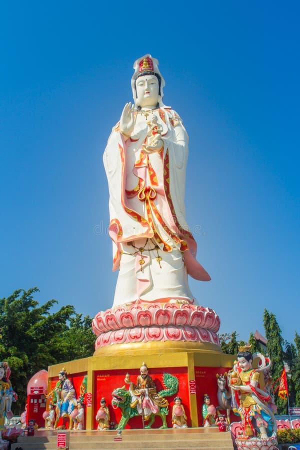 Statua bianca gigante di Guanyin con il fondo del cielo blu Guanyin o Guan Yin è una bodhisattva asiatica orientale dei buddisti  fotografie stock