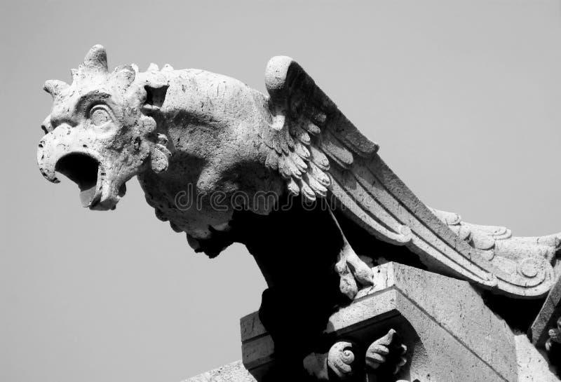 Statua in bianco e nero del Gargoyle fotografia stock