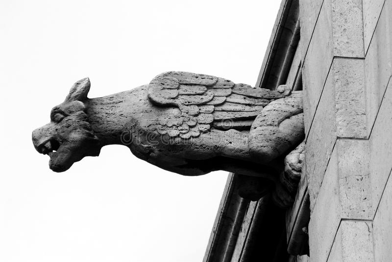 Statua in bianco e nero del Gargoyle a Parigi fotografie stock