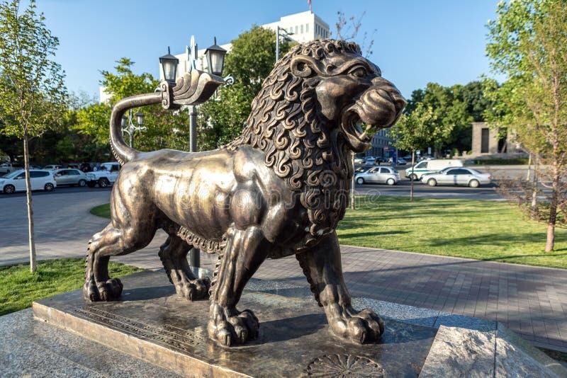 Statua bronzea del leone in Central Park Armenia fotografie stock libere da diritti