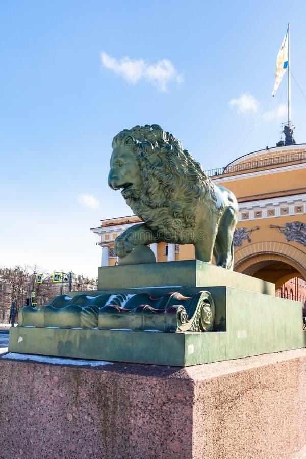 statua bronzea del leone e dell'edificio di Ministero della marina immagine stock libera da diritti
