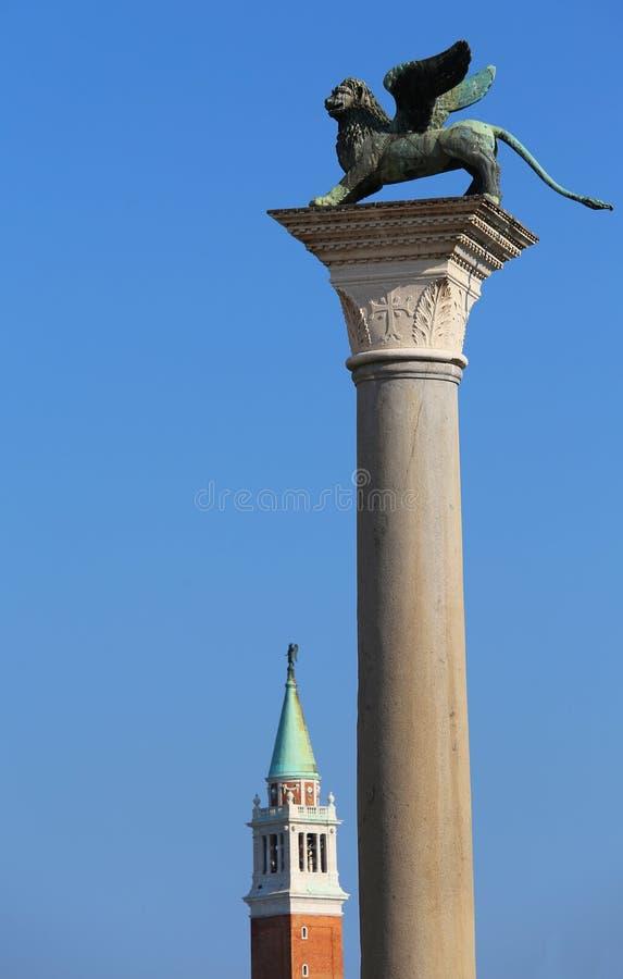 Statua bronzea del simbolo alato del leone della città di Venezia dentro fotografie stock libere da diritti