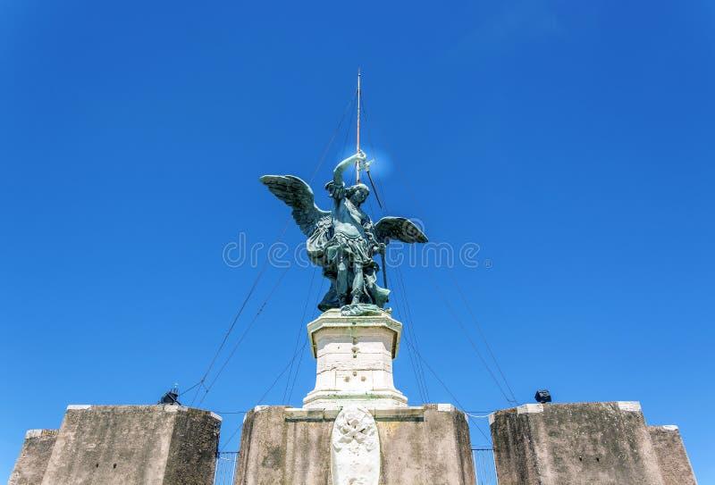 Statua bronzea dell'arcangelo Michael sopra Castel Sant Ang immagini stock