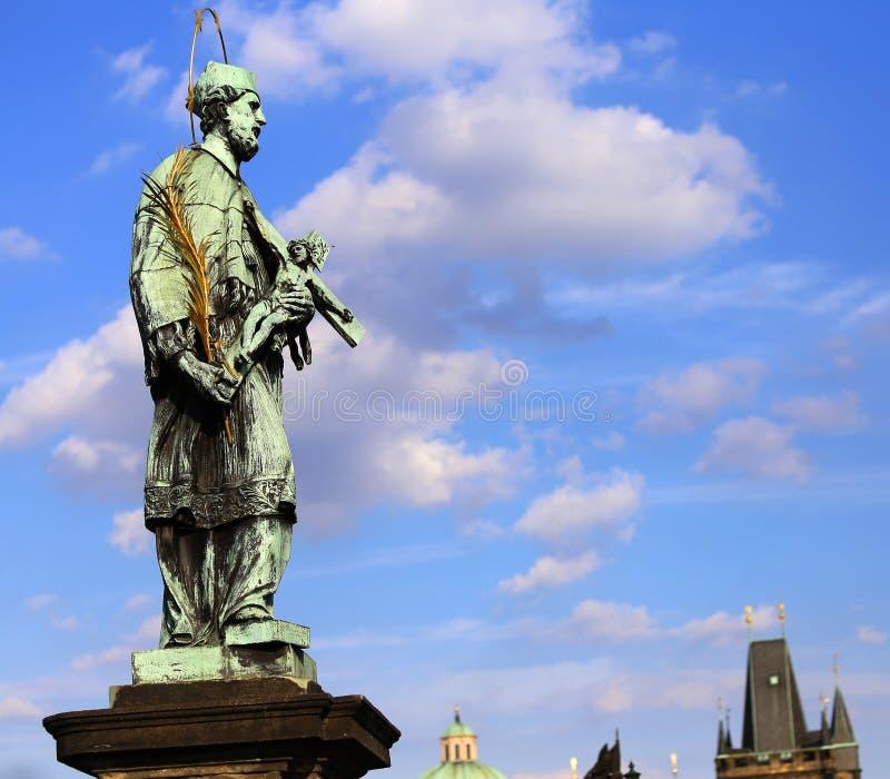 Statua bronzea di John Nepomucene con l'alone e la croce fotografia stock