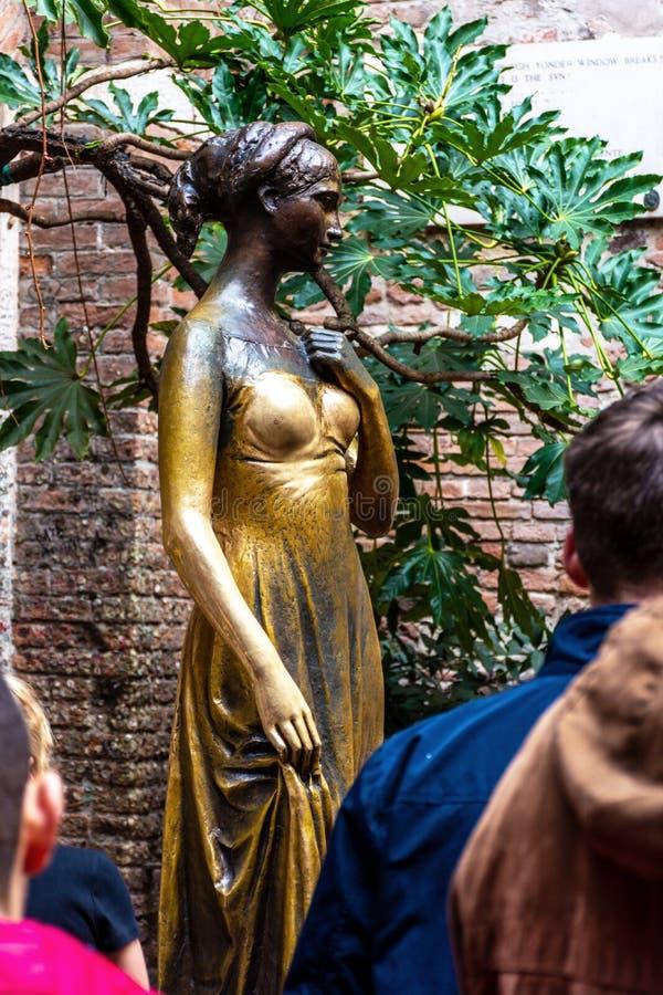 Statua bronzea di Juliet e del balcone di Juliet & di Romeo, Verona Italy immagine stock libera da diritti