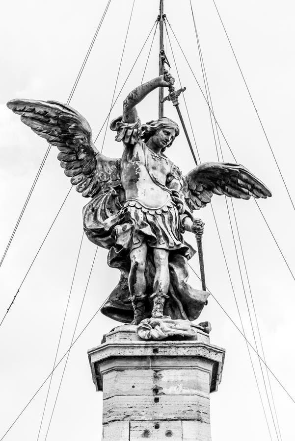 """Statua bronzea di Michael l'arcangelo sulla cima di Castel Sant """"Angelo, Roma, Italia fotografia stock libera da diritti"""