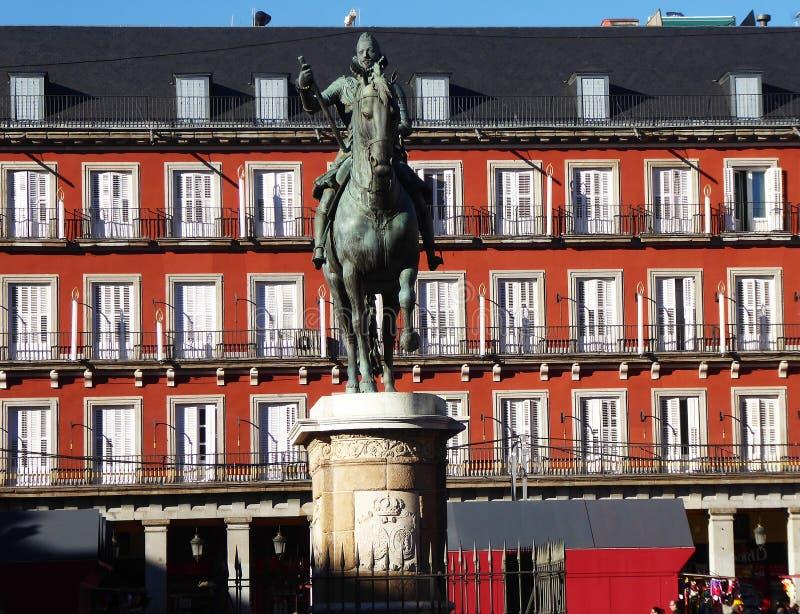 Statua bronzea di re Philip III a sindaco della plaza a Madrid fotografia stock libera da diritti