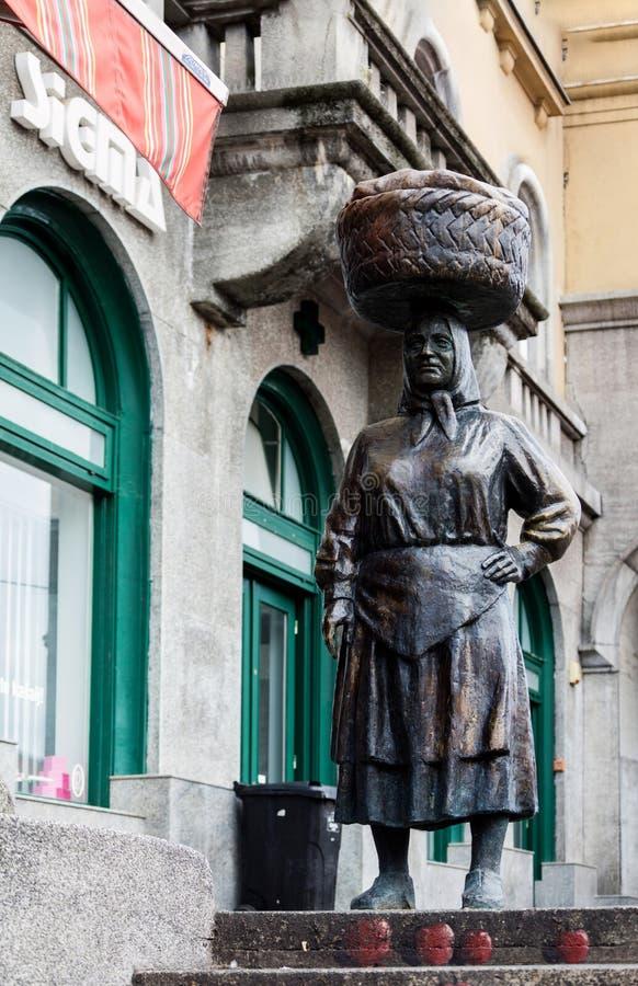 Statua bronzea di una donna agricola del mercato immagine stock
