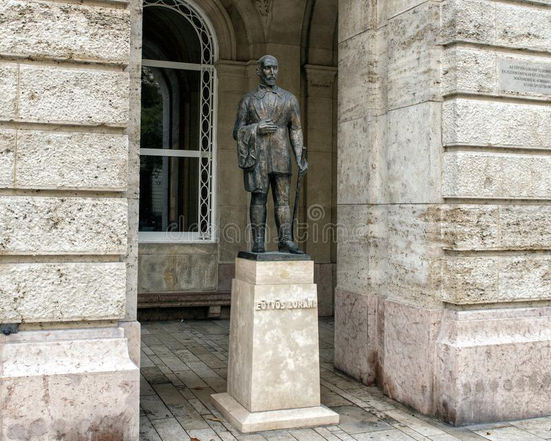 Statua bronzea Eotvos Lurand, Budapest, Ungheria fotografia stock