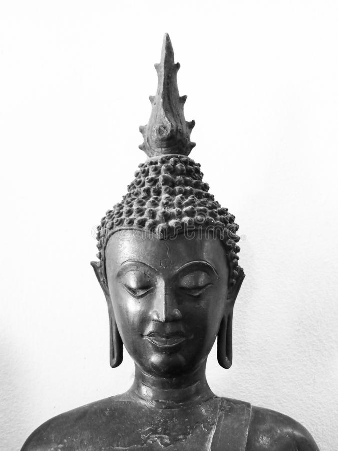 Statua, Buddha, il nero, fondo bianco, mezzo immagini stock