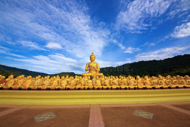 Statua Buddha z uczniami obraz royalty free