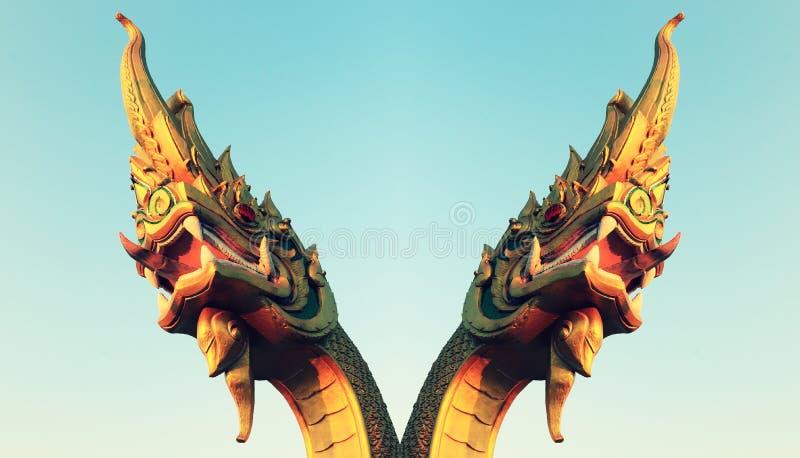 Statua capa del Naga ed il cielo fotografia stock libera da diritti