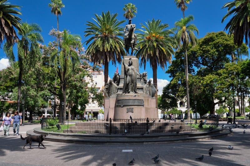 Statua centrale con le palme, Argentina della plaza di Salta fotografia stock