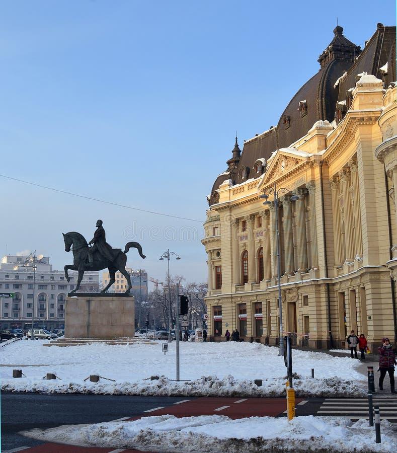 Statua centrale di re e della biblioteca universitaria Carol I, Bucarest, R immagini stock
