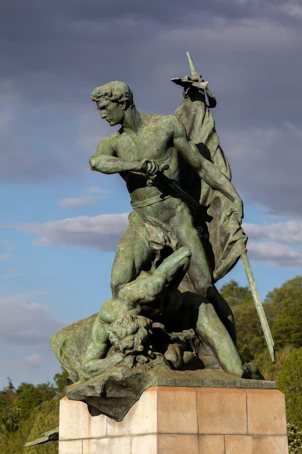 Statua che descrive prodezza sul campo di battaglia a Torino, Italia immagine stock