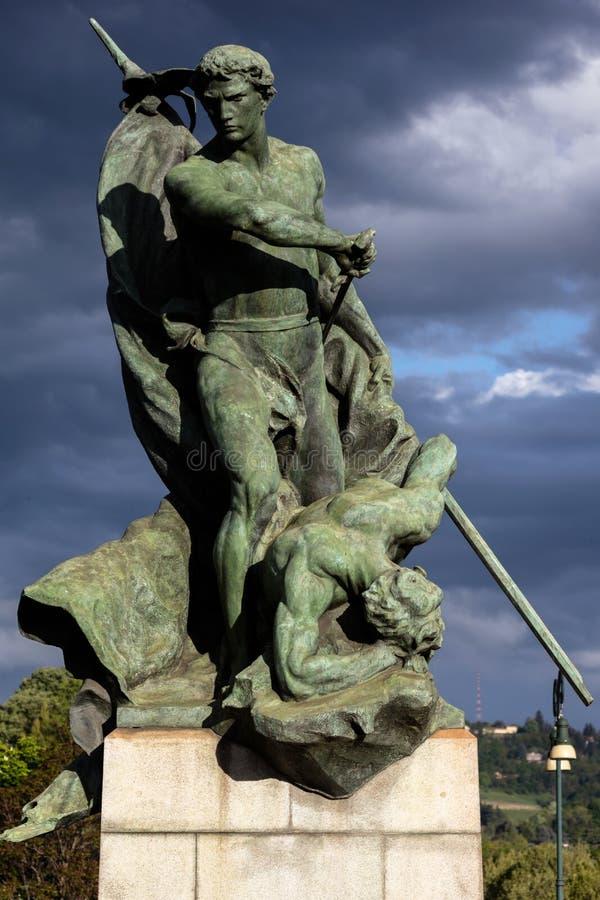 Statua che descrive prodezza sul campo di battaglia a Torino, Italia immagine stock libera da diritti