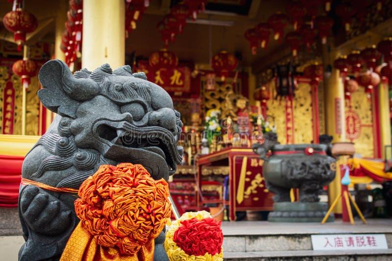 Statua cinese del leone in Jiu Tean Geng Shrine, Phuket, Tailandia fotografie stock