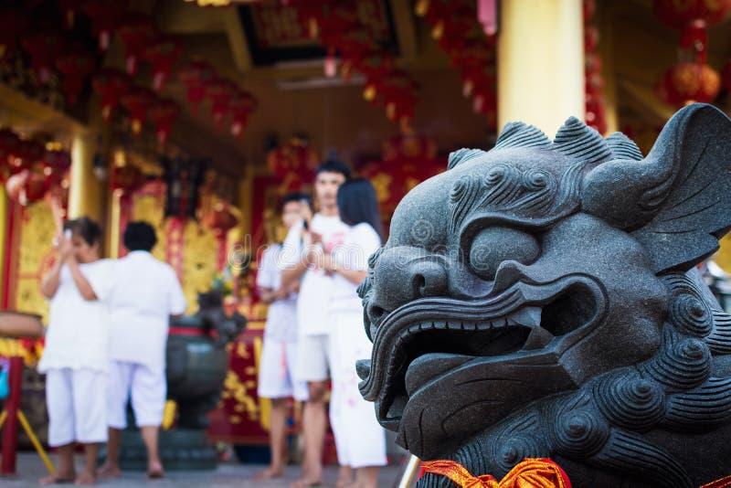 Statua cinese del leone in Jiu Tean Geng Shrine, Phuket, Tailandia immagine stock libera da diritti