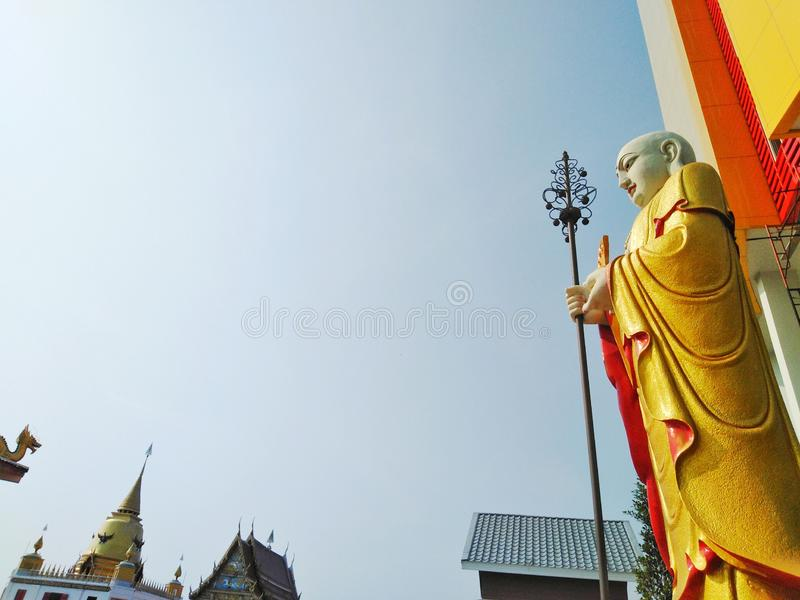 Statua cinese del sacerdote nelle attrazioni turistiche del tempio, arti religiose immagine stock