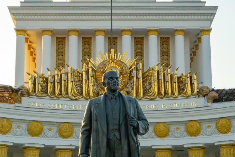 Statua comunista sovietica di Vladimir Lenin del capo davanti a vecchia costruzione a VDNH a Mosca immagini stock libere da diritti