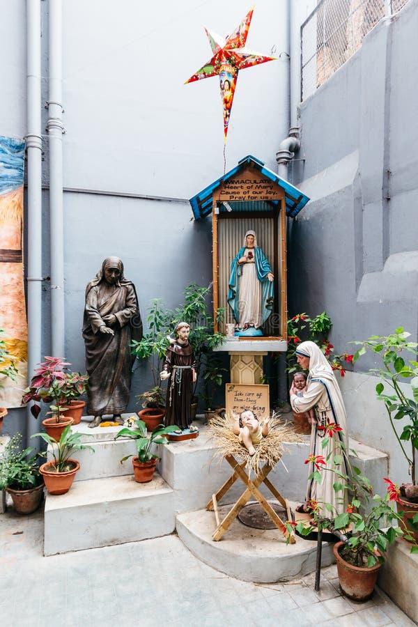 Statua con St Teresa della statua di Calcutta nei missionari di carità in Calcutta, India di Maria fotografia stock