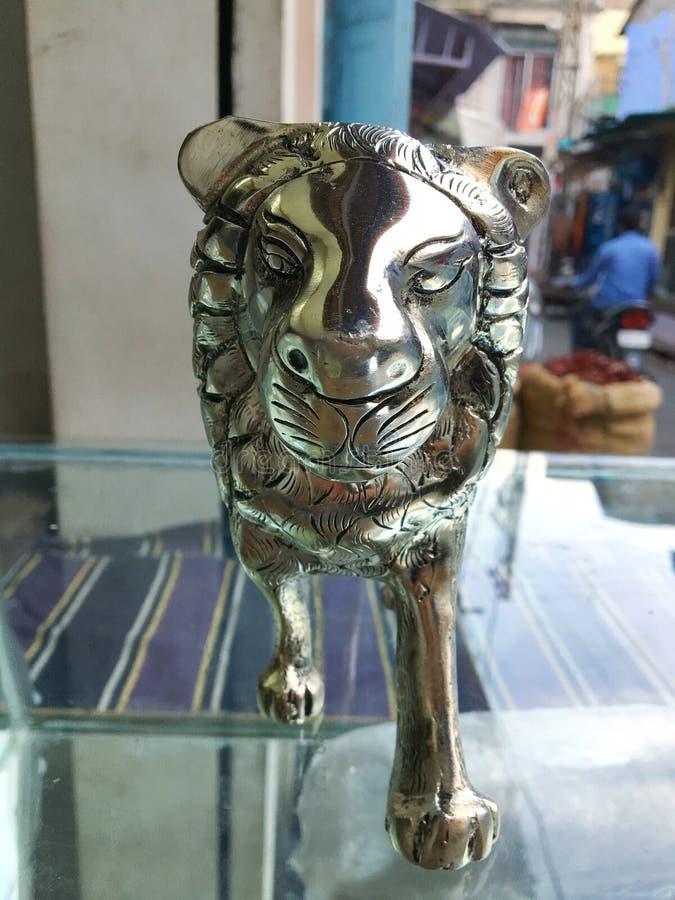 Statua d'argento del leone fotografie stock libere da diritti