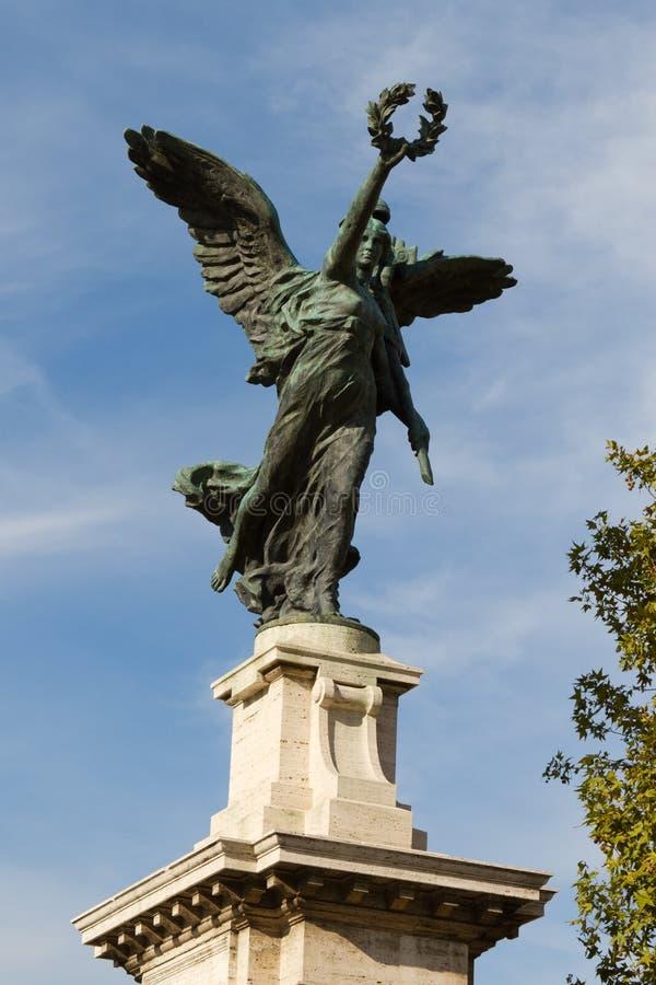 Statua dal ponte di Vittorio Emanuele II immagine stock libera da diritti