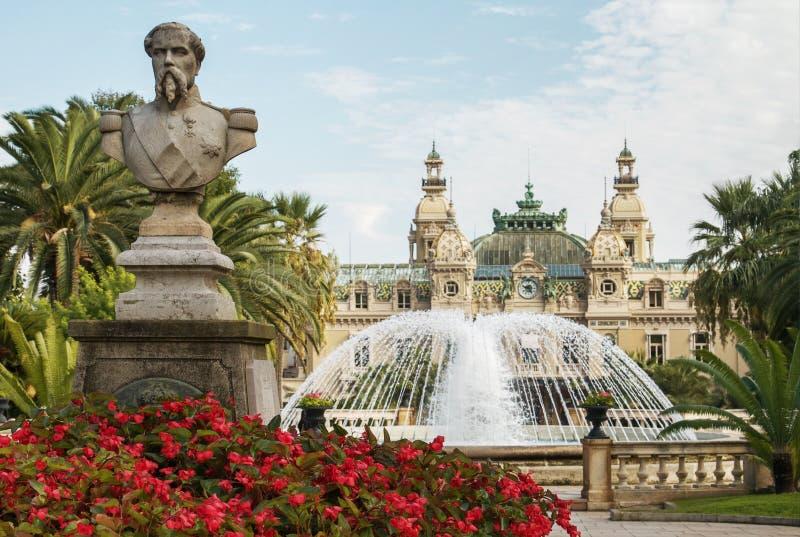 Statua davanti al grande casinò a Monte Carlo, Monaco immagine stock libera da diritti