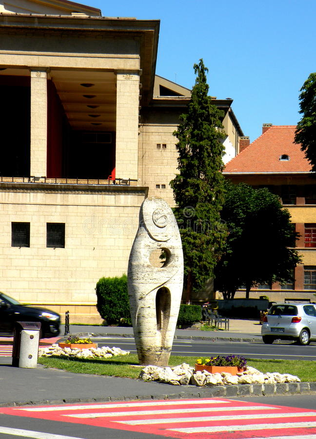 Statua davanti al teatro di Brasov immagine stock