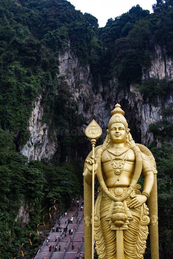 Statua davanti alle caverne di Batu a Kuala Lumpur, Malesia fotografie stock libere da diritti